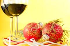 Vidrios de vino y de bolas de la Navidad Foto de archivo libre de regalías