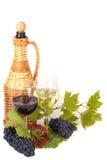 Vidrios de vino y de uvas en barril Fotos de archivo