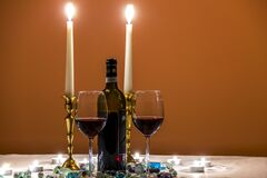 Vidrios de vinos con las velas románticas Foto de archivo libre de regalías