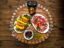 Vidrios de vodka con diverso bocado tradicional Foto de archivo
