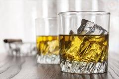 Vidrios de whisky fotos de archivo