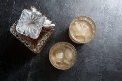 Vidrios de whisky con los cubos de hielo en la tabla de piedra Visión superior Imagen de archivo libre de regalías