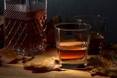 Vidrios de whisky en una tabla de roble fotografía de archivo libre de regalías