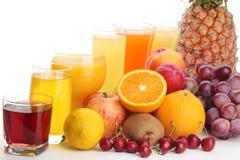 Vidrios de zumo de fruta con las frutas Fotografía de archivo