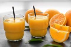 Vidrios de zumo de naranja fresco Imagenes de archivo