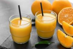 Vidrios de zumo de naranja fresco Imagen de archivo