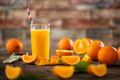 Vidrios de zumo de naranja orgánico fresco Fotografía de archivo