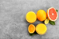 Vidrios de zumo de naranja y de agrios frescos Foto de archivo libre de regalías
