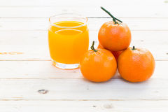 Vidrios de zumo y de frutas de naranja Imágenes de archivo libres de regalías