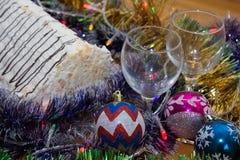 Vidrios del Año Nuevo con la torta Fotografía de archivo
