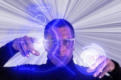 Vidrios del aumento del hombre que llevan usando el indicador digital HUD Foto de archivo