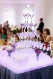 Vidrios del champán de la boda ningunos una tabla blanca Foto de archivo