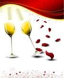 Vidrios del champán de la tarjeta del día de San Valentín con los pétalos color de rosa Foto de archivo