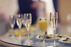 Vidrios del champán del jugo de la porción del restaurante Foto de archivo libre de regalías