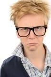 Vidrios del friki del muchacho enojado del empollón que llevan Imágenes de archivo libres de regalías