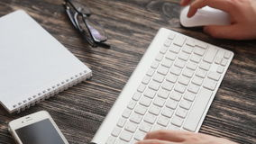 Vidrios del lugar de trabajo y documento de nota sobre la tabla de madera