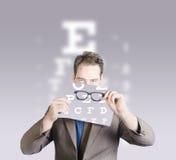 Vidrios del ojo de la tenencia del optometrista o del doctor de la visión Foto de archivo