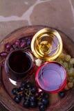 Vidrios del rojo, color de rosa y blancos con el barril de madera viejo del grapeon Fotografía de archivo libre de regalías