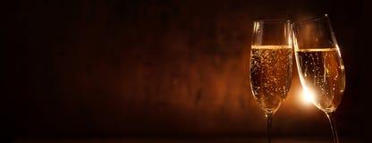 Vidrios del tintineo con el champán por un Año Nuevo fotos de archivo