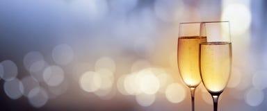 Vidrios del tintineo con el champán por un Año Nuevo fotografía de archivo