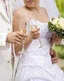 Vidrios del tintineo de la novia y del prometido Fotografía de archivo libre de regalías
