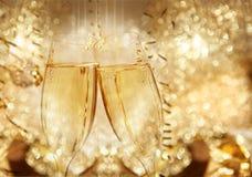 Vidrios del tintineo del champán del Año Nuevo Imágenes de archivo libres de regalías