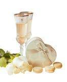 Vidrios del vino blanco, de las rosas blancas y de la caja de regalo de plata aislados Imagen de archivo
