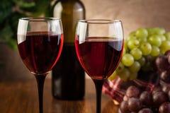 Vidrios del vino rojo y de la botella Imágenes de archivo libres de regalías