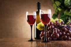 Vidrios del vino rojo y de la botella Fotografía de archivo libre de regalías