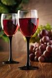 Vidrios del vino rojo y de la botella Fotos de archivo libres de regalías