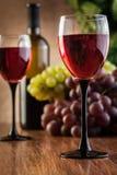 Vidrios del vino rojo y de la botella Imagen de archivo
