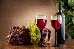 Vidrios del vino rojo y de la botella Fotografía de archivo