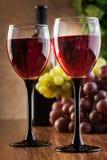 Vidrios del vino rojo y de la botella Fotos de archivo