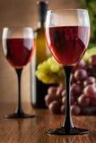 Vidrios del vino rojo y de la botella Foto de archivo