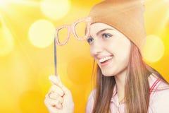 Vidrios divertidos de la mascarada de la tenencia del adolescente para el partido Imagen de archivo libre de regalías