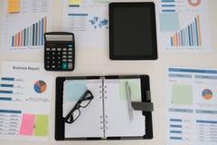 vidrios, documento financiero, calculadora en el lugar de trabajo de la oficina megabus imagen de archivo