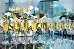 Vidrios elegantes con el champán que se coloca en fila imágenes de archivo libres de regalías