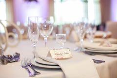 Vidrios elegantes del vino y del champán en el primer de la recepción nupcial Fotografía de archivo libre de regalías