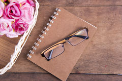 Vidrios en el cuaderno Fotos de archivo
