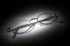 Vidrios en el fondo blanco en la oscuridad Fotografía de archivo libre de regalías