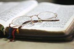 vidrios en el libro Foto de archivo
