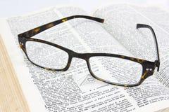 Vidrios en el libro abierto Fotografía de archivo libre de regalías