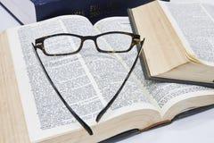 Vidrios en el libro abierto Fotos de archivo