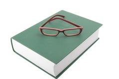 Vidrios en el libro cerrado imagen de archivo