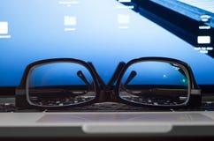 Vidrios en el teclado de la computadora portátil Foto de archivo libre de regalías