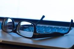 Vidrios en el teclado de la computadora portátil Fotografía de archivo
