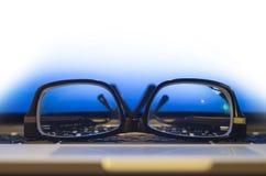 Vidrios en el teclado de la computadora portátil Imagenes de archivo