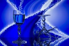 Vidrios en fondo azul abstracto Foto de archivo libre de regalías