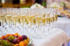 Vidrios en la tabla blanca, fila de A de los vidrios del champán Furshet, Fotografía de archivo libre de regalías