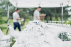 Vidrios en la tabla reservada Los camareros están sirviendo la tabla de banquete Fotografía de archivo libre de regalías